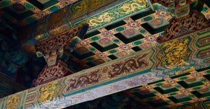 Le détail du taditional a peint l'or chinois et le vert de toit images libres de droits