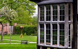 Le détail extérieur de maison de Tudor a établi en 1590 le détail de la fenêtre et du plan rapproché de hall de Blakesley de jard images stock