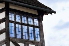 Le détail extérieur de maison de Tudor a établi en 1590 le détail du plan rapproché de hall de Blakesley de fenêtre et de toit photos libres de droits