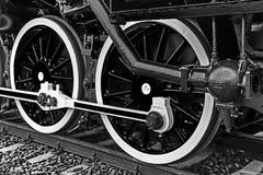 Le détail noir et blanc et se ferment des roues énormes à un vieux St Photographie stock libre de droits