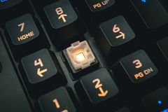 Le détail numérique éclairé à contre-jour de boutons de clavier mécanique a tiré image libre de droits