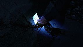 Le détective fixe des nombres de preuve physique, la science légale de rapport d'inspection clips vidéos