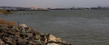Le détroit de Carquinez par Benicia la Californie est l'un des plus grands ports pétroliers sur la côte ouest photo libre de droits