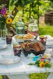 Le dîner avec des pommes de terre et le poulet ont servi dans le jardin Images stock