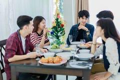 Le dîner avec le groupe asiatique de meilleurs amis appréciant égalisant boit Photo libre de droits