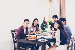Le dîner avec le groupe asiatique de meilleurs amis appréciant égalisant boit Photo stock