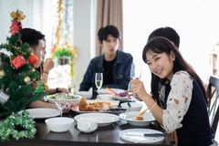 Le dîner avec le groupe asiatique de meilleurs amis appréciant égalisant boit image stock