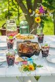 Le dîner chaud avec des pommes de terre et le poulet ont servi dans le jour ensoleillé Photo libre de droits