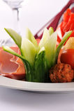 Le dîner de mariage avec de la viande de roulis a fumé et des tomates Photo libre de droits