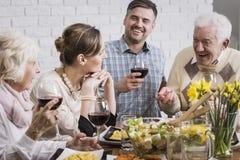Le dîner est meilleur avec la famille photographie stock libre de droits