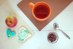 Le dîner est un dessert sur la table qui se compose du thé en tasse et biscuits avec la confiture Photos stock