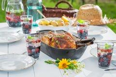 Le dîner fait maison avec des pommes de terre et le poulet ont servi dans la table blanche Photos stock