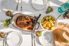 Le dîner fait maison avec des pommes de terre et le poulet ont servi dans le jardin Photos stock