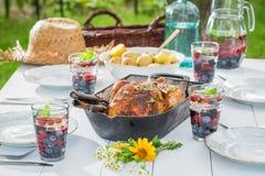 Le dîner fait maison avec des pommes de terre et le poulet ont servi en été Photo libre de droits