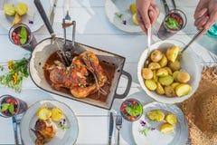 Le dîner frais avec des pommes de terre et le poulet ont servi dans la campagne Photos stock