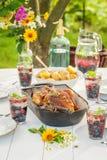 Le dîner frais avec des pommes de terre et le poulet ont servi en été Images stock