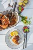 Le dîner sain avec des pommes de terre et le poulet ont servi en été Images libres de droits