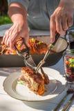 Le dîner savoureux avec des pommes de terre et le poulet ont servi dans la campagne Image libre de droits