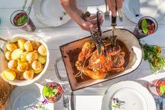 Le dîner savoureux avec des pommes de terre et le poulet ont servi dans le jardin Photo stock