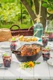 Le dîner savoureux avec des pommes de terre et le poulet ont servi en été Images stock