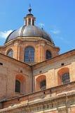 Le dôme de brique de la Renaissance de la cathédrale d'Urbino, Italie image libre de droits