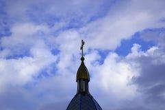 Le dôme de l'église avec une croix contre le ciel bleu images stock