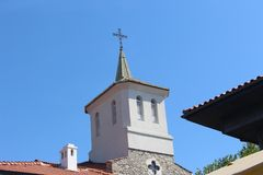 Le dôme de l'église d'hypothèse à d'autres toits - une église chrétienne bulgare, un nouveau bâtiment dans le vieux Nessebar images libres de droits