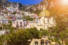 Le dôme de l'église de Santa Maria Assunta dans Positano, côte d'Amalfi, Italie - fond architectural photos libres de droits