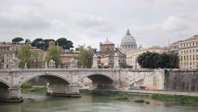 Le dôme de la basilique de St Peter et de la rivière du Tibre du santangelo de castel à Rome banque de vidéos