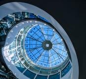 Le dôme en verre d'un bâtiment moderne a une forme ronde de conception futuriste photographie stock