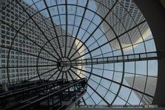 Le dôme est un gratte-ciel, gratte-ciel, gratte-ciel sont reflétés par le verre Image stock