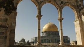 Le dôme islamique de la mosquée de roche encadrée par trois voûtes à Jérusalem banque de vidéos