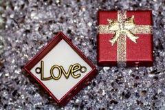 Le ` d'amour de ` de mot dans une boîte pour des bijoux, ` pendant d'amour de `, une déclaration de l'amour, Photo libre de droits
