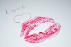 Le ` d'amour de ` est écrit sur le papier avec le baiser de rouge à lèvres Image libre de droits