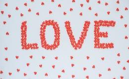 Le ` d'AMOUR de ` de mot fait à partir de la sucrerie rouge de coeur Photo stock