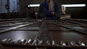Le d?corateur f?minin satisfait peint une belle, exclusive ferronnerie banque de vidéos