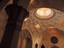 Le dôme baroque de plafond conçoit et colonne à l'intérieur de palais de Kashan Photo libre de droits