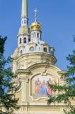 Le dôme de la cathédrale de Peter et de Paul et l'icône sur le mur Image libre de droits