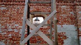 Le dôme du monastère dans la fenêtre d'un mur de briques images libres de droits