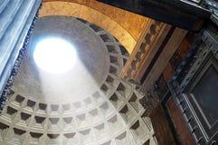 Le dôme du Panthéon comme vu de l'extérieur de la porte d'entrée Photo stock