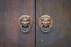 Le d?tail en bois de porte avec des heurtoirs de porte de lion se ferment, l'Asie Architecture de style chinois de temple images stock