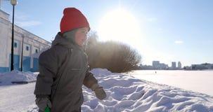 Le dag för vinter för barn vinkande frostig arkivfilmer