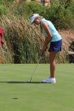 Le dampro-golfaren Daniella Montgomery som fokuserar för att sätta inget fotografering för bildbyråer
