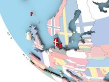 Le Danemark avec le drapeau sur le globe Image stock