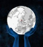 Le Danemark sur le globe blanc dans des mains illustration de vecteur