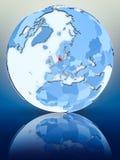 Le Danemark sur le globe bleu illustration stock