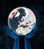 Le Danemark sur le globe politique dans des mains Photos stock