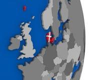 Le Danemark sur le globe avec le drapeau Images stock