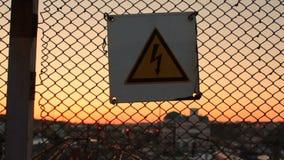Le danger à haute tension se connectent un trellis au-dessus de la station de yard ferroviaire, avertissant banque de vidéos