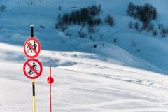 Le danger chante sur la station de sports d'hiver d'hiver Photo libre de droits